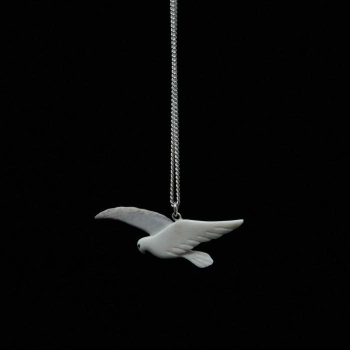 Collier oiseau en vol