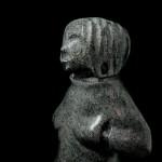Sculpture pierre Inuk mains dans les poches