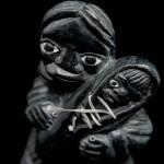sculpture gris très foncé maman bébé